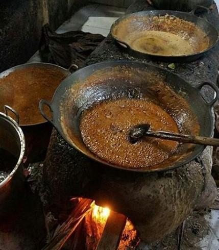 Proses pemasakan tradisional Nira Kelapa